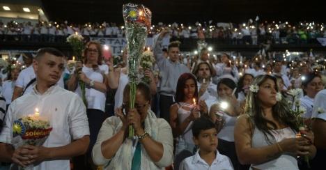 pessoas-prestam-homenagem-no-estadio-atanasio-girardot-em-medellin-na-colombia-1480553159841_956x500